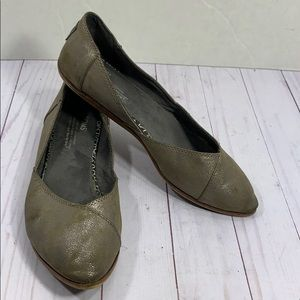 Toms Jutti pointed gray silver flats